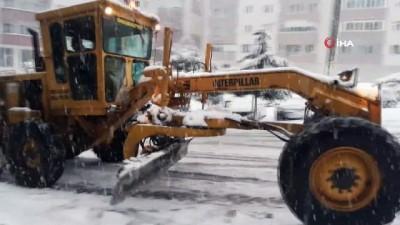 Kar yağışı ulaşımı aksattı, metrelerce araç kuyruğu oluştu...Sürücüler yollarda zor anlar yaşadı