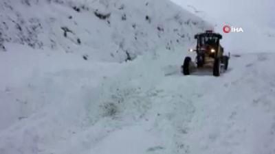 Ağrı'da kapanan köy yollarında karla mücadele çalışması devam ediyor