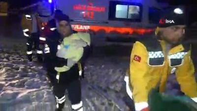 Doğum, yolları kapanan köyde kar paletli ambulansın içinde gerçekleşti