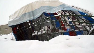 Kar yağışından dolayı halı saha çöktü - AĞRI