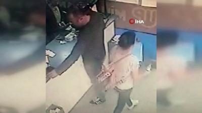 Kucağındaki çocuğuyla girdiği dükkanda vatandaşın düşürdüğü parayı böyle alıp cebine koydu