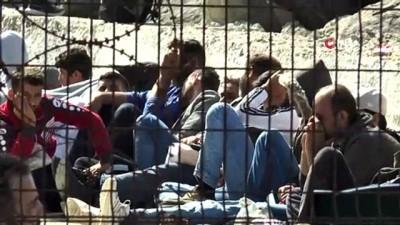 Tur teknesine turist gibi bindiler, Yunanistan'a kaçarken yakalandılar