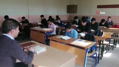 Ağrılı öğrenciler Barış Pınarı Harekatı'ndaki askerler için dua okudu