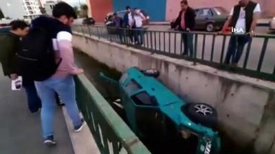 Direksiyon hakimiyetini kaybetti, aracıyla su kanalına düştü