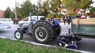 Kaza yapacağını anlayan motosiklet sürücüsü kendini yola attı