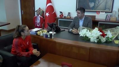 gumus madalya -  Başkan Gökhan Yüksel, dünya ikincisi boksör Buse Naz Çakıroğlu'nu ağırladı