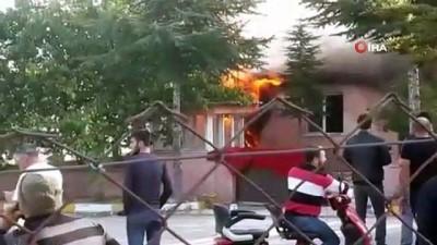 Çorum'da bir lokantanın mutfak kısmı alev alev yandı
