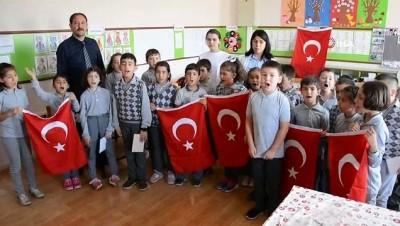 Öğrencilerden Mehmetçiğe destek mektubu ve Türk Bayrağı İzle
