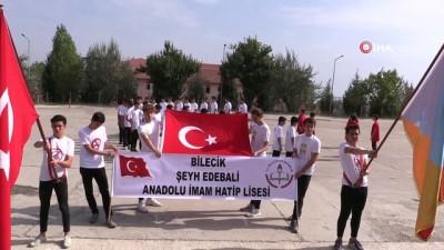 Barış Pınarı Harekâtına destek veren öğrenciler gövdeleriyle ay yıldız yaptılar