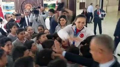gumus madalya - Çocuklardan milli boksör Elif Güneri'ye tebrik sarılması