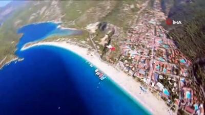 Fransız paraşütçüler Türk bayrağını gökyüzünde dalgalandırdı