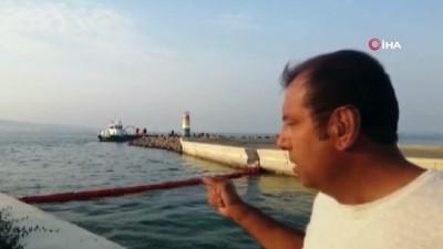 Denizde korkutan manzara...Denize sızan petrol türevi atıklar nedeniyle balıkçı barınağına giriş ve çıkışlarda yasaklandı