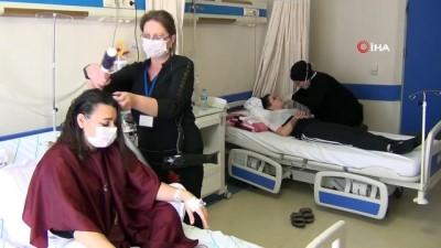 Hastaların saç bakımı ve makyajları kursiyerlerden