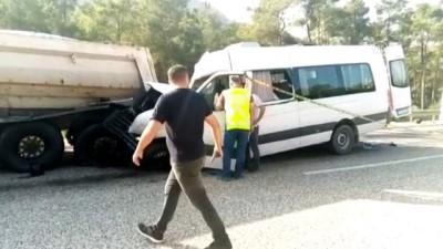 Yabancı işçileri taşıyan servis kamyona çarptı: 2 ölü, 11 yaralı - MERSİN