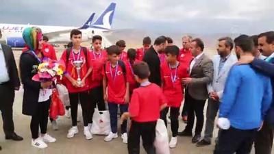 İspanya'dan ikincilik kupasını alan gençlere Türk bayraklı karşılama - ŞIRNAK