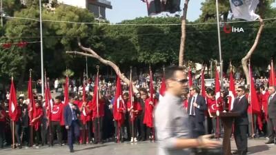 sokak kopegi -  Antalya'da çelenk bırakma töreninde ilginç görüntü