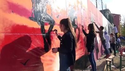 Çocuklar için 63 metre uzunluğundaki duvarı renklendirdiler - MUŞ