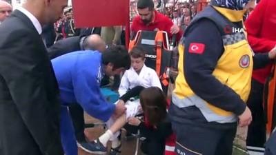 29 Ekim gösterilerinde sakatlanan minik sporcu gözleri dolarak gösterisini tamamladı