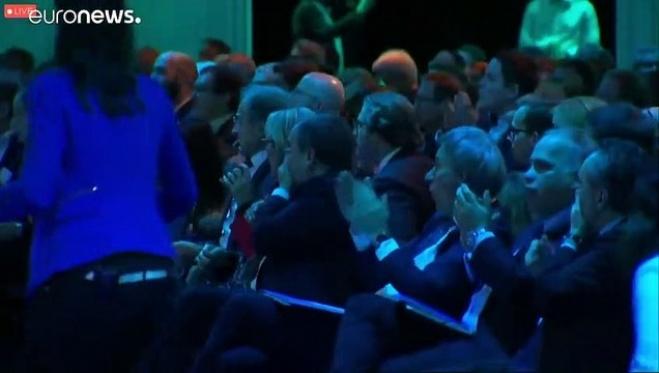 almanya - Alman Bakan Altmaier sahneden düştü burnu kırıldı