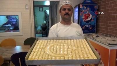 Baklava ustalarından Cumhuriyet Bayramına özel Mehmetçiğe ay yıldızlı baklava