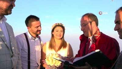 Yerden metrelerce yüksekte, sıcak hava balonunda nikah töreni