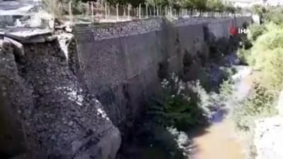Heyelan riski bulunan ilçedeki tarihi köprü çöktü