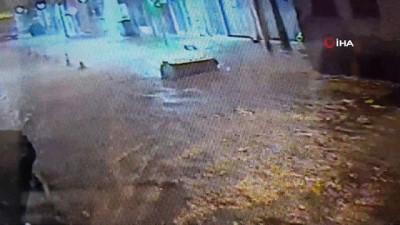 ilginc goruntu -  Edremit'te aşırı yağmurda göle dönen yollarda çöp konteynerleri yüzdü