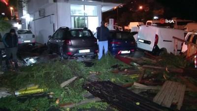 Şiddetli rüzgar sonucu uçan çatı otomobilleri parçaladı