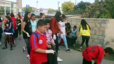 Iğdır'da gençler sokaklarda çöp topladı