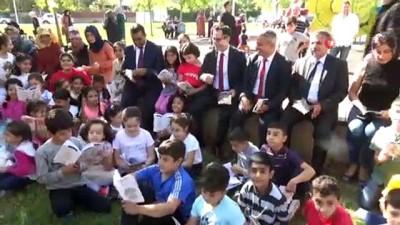 kitap okuma -  Öğrenciler, protokol ile bir araya gelip parkta kitap okudu