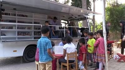 Minibüsle köy çocuklarına kitap taşıyorlar- ŞANLIURFA