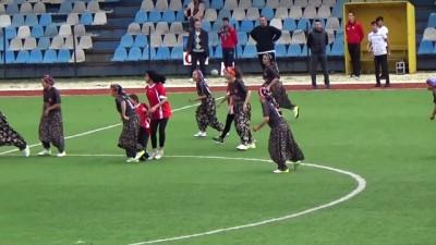 futbol maci - Şalvarspor kız futbol takımı, maça şalvar ve çemberleriyle çıktı - ÇANAKKALE