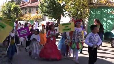 Atık malzemelerden hazırladıkları kostümlerle vatandaşları bilgilendirdiler - KÜTAHYA