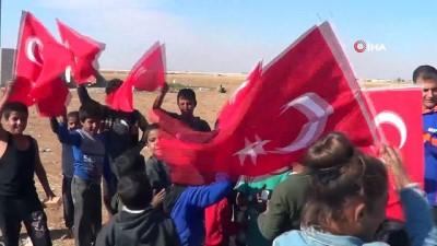- Tel Abyad'da çocukların Erdoğan sevgisi - Suriyeli çocuklar bölgeye gelen Türk yetkililerden Erdoğan posteri almak için yarıştı