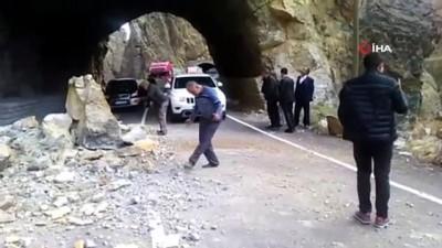 Tunceli-Erzincan karayoluna kaya düştü