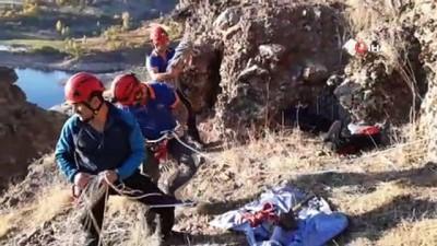 Kayalıklarda mahsur kalan keçiler 4 saatte kurtarıldı
