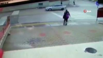 2 arkadaşın otomobilin altında kalmaktan son anda kurtulduğu kaza kamerada