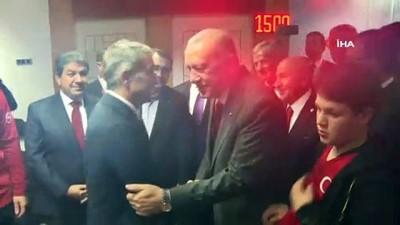 Cumhurbaşkanı Erdoğan, soyunma odasına inerek millileri kutladı