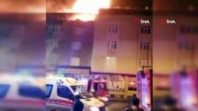 Gaziosmanpaşa'da bir binanın çatı katı alev alev böyle yandı