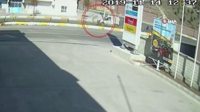 Kontrolden çıkan otomobil 8 yaşındaki çocuğa böyle çarptı