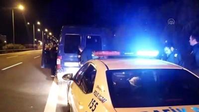 Polisin 'dur' ihtarına uymayan minibüsten 30 düzensiz göçmen çıktı - İZMİR