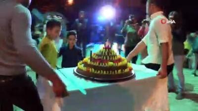 Davetlileri şaşırtan düğün: Pasta yerine çiğ köfte kestiler
