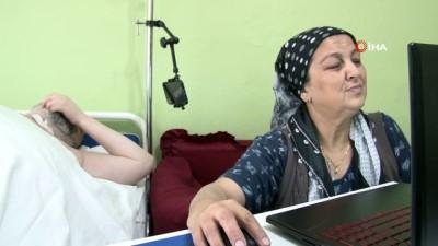 Geçirdiği kaza sonrası yatağa mahkum oldu, önce annesi şimdi de Siri ile yaşama tutunuyor