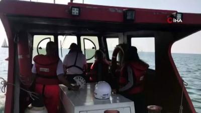 Kadıköy'de kayalıklara çarpan iki tekne kurtarıldı