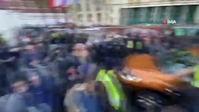 - Protestolarının Yıl Dönümünde Sokağa İnen Sarı Yeleklilere Polis Müdahalesi