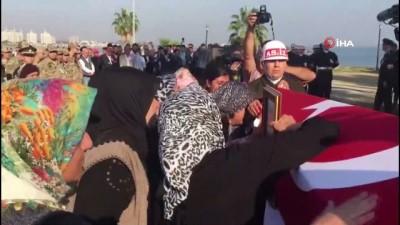 cenaze arabasi -  Şehidin tabutunu taşıyan askerin gözyaşlarını böyle sildi...Barış Pınarı Harekatı şehidi Adana'da toprağa verildi