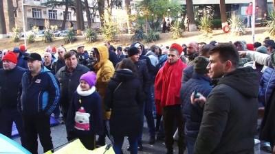 - Eylemciler, Gürcistan parlamentosu önünde nöbette - Eylemcilerden milletvekillerinin parlamento girişine engel