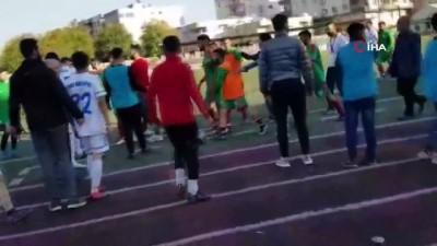 futbol maci -  Yeşil saha karıştı, yerde yatan futbolcunun sırtına böyle tekme attı