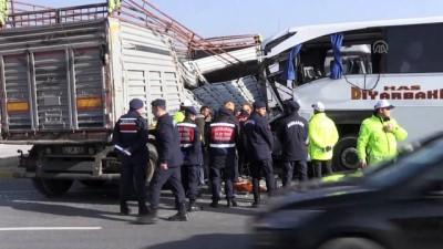 Yolcu otobüsü, tıra çarptı: 2 ölü, 22 yaralı (5) - AFYONKARAHİSAR