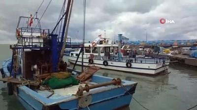 Karadenizli balıkçılar olumsuz hava şartları ve balık yokluğundan dolayı limana demirledi
